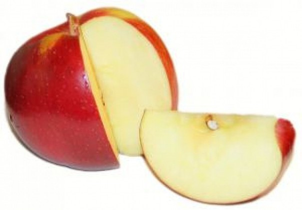 apple-cutted-with-the-slice-next-to-her_2712856