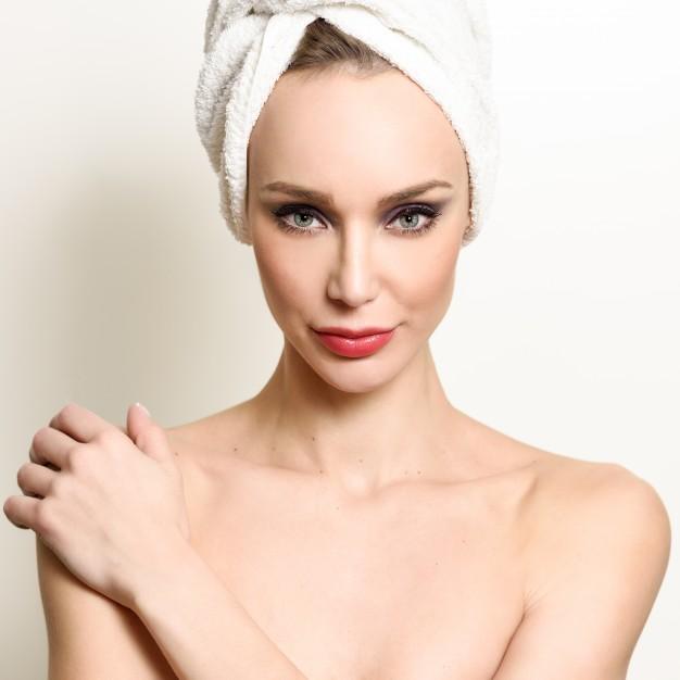 white-face-person-perfect-bathroom_1139-789